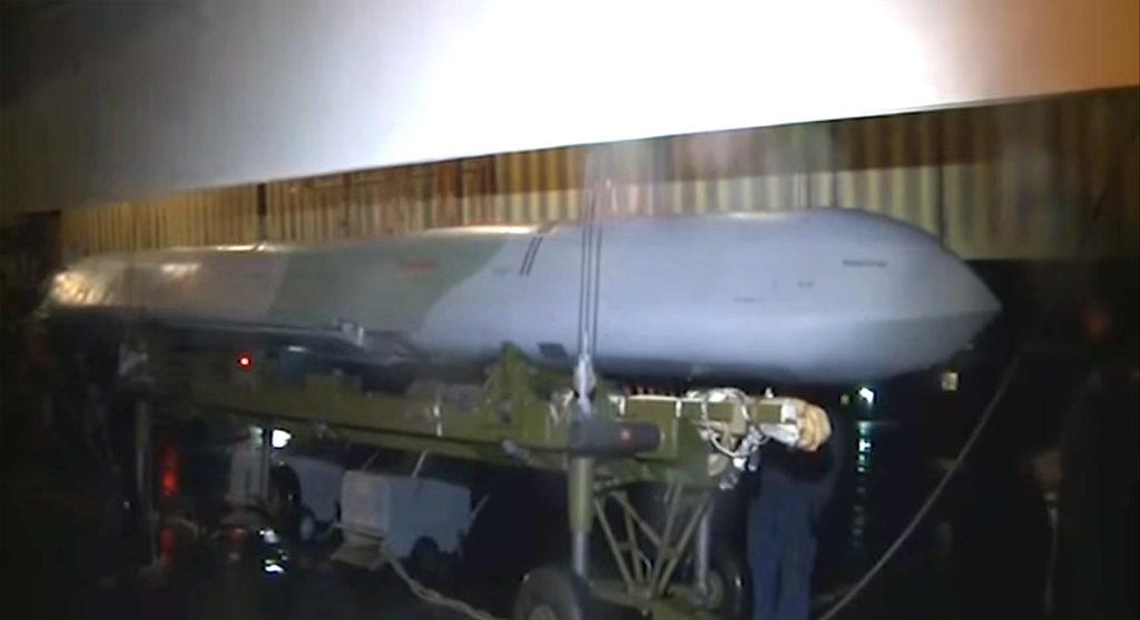 Подвеска ракеты Х-101 под бомбардировщик Ту-160 ВВС России, 2015 г. (Минобороны РФ)
