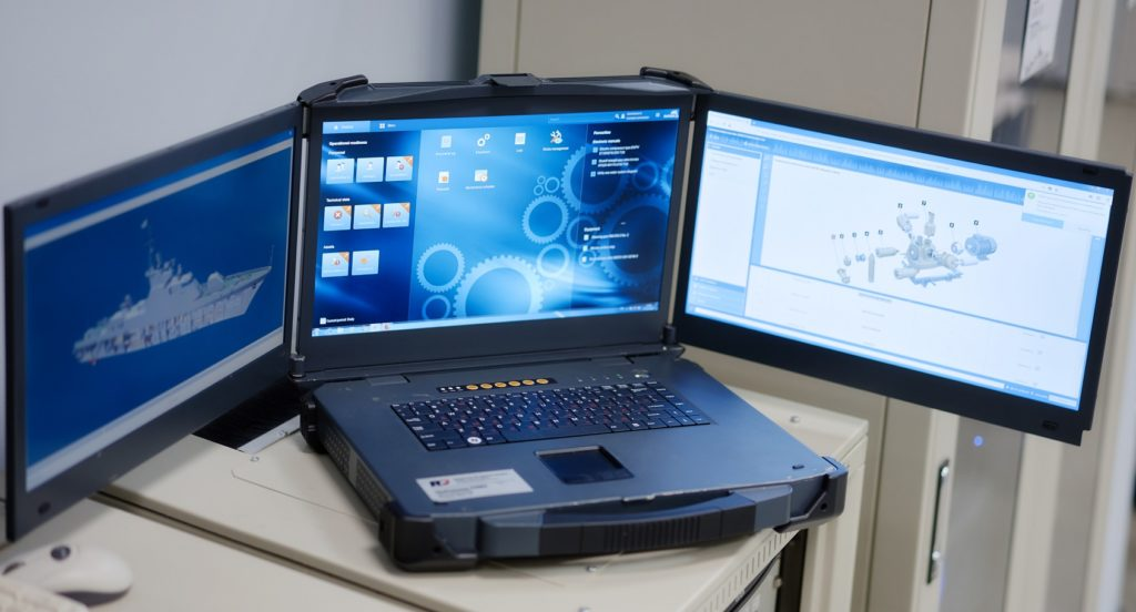 Си-Проект_ Ноутбук с тремя мониторами