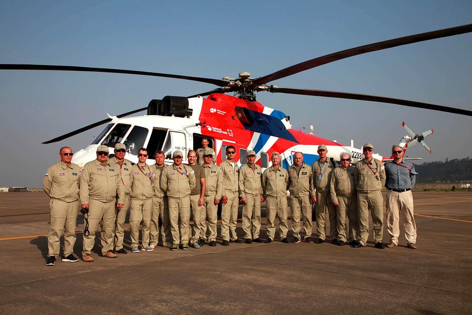 Специалисты холдинга Вертолеты России во время демотура