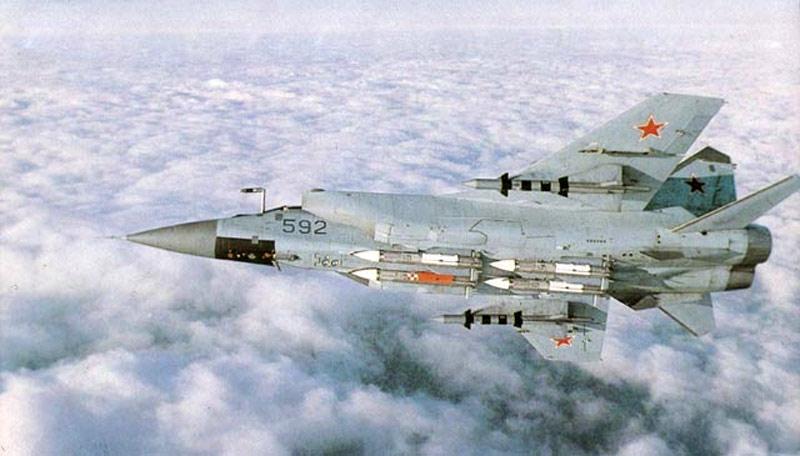 МиГ-31 борт №592 на испытаниях с ракетами Р-40 (под крылом) и К-33 (http://www.airwar.ru)