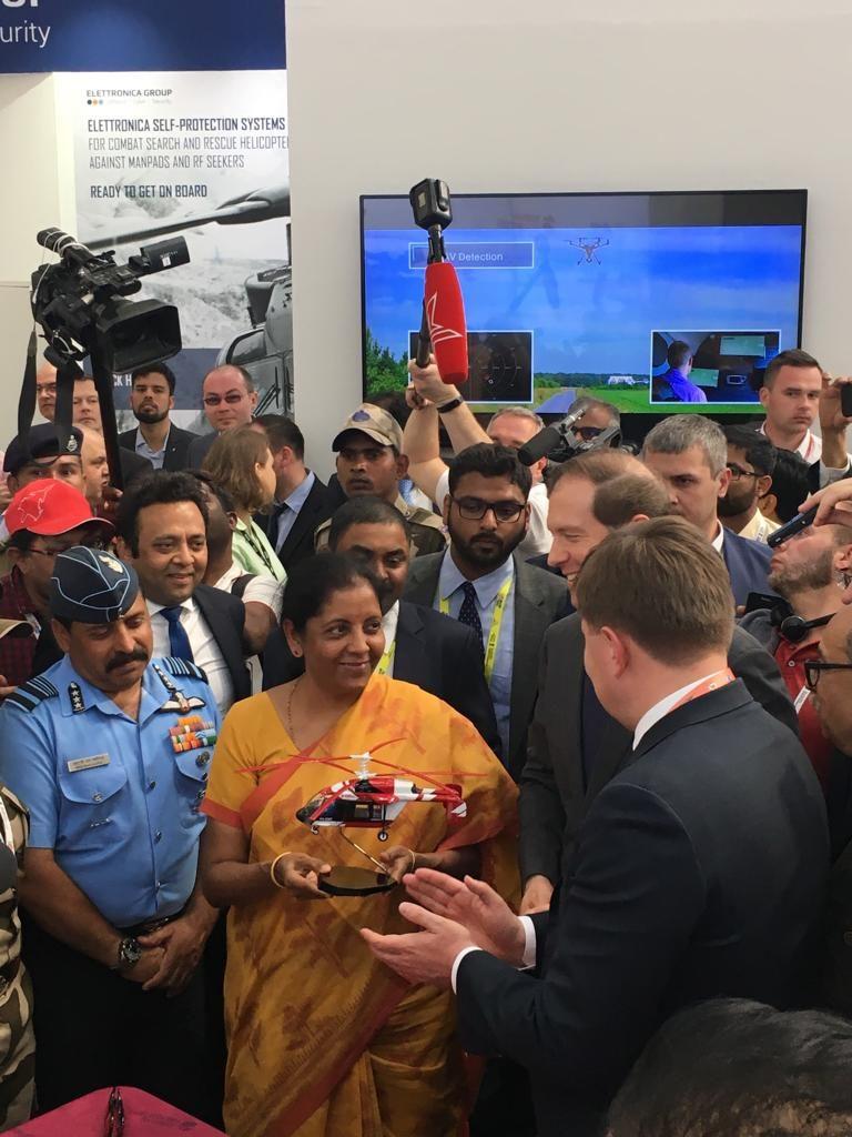 Министр обороны Индии на стенде Вертолеты России с Денисом Мантуровым