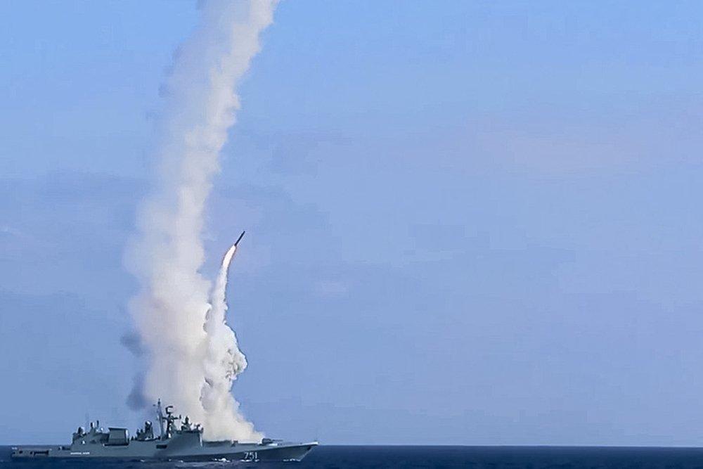 Пуск крылатых ракет Калибр с фрегата Адмирал Эссен
