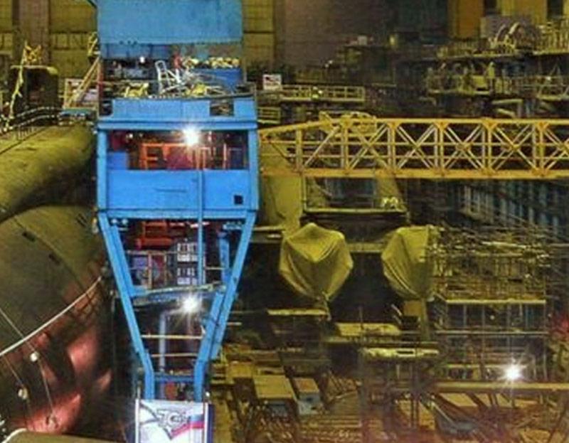 """В цеху №55 ПО """"Севмаш"""" недостроенная подводная лодка К-329 """"Белгород"""" (справа, 2010 г., фото - ПО """"Севмаш"""")"""