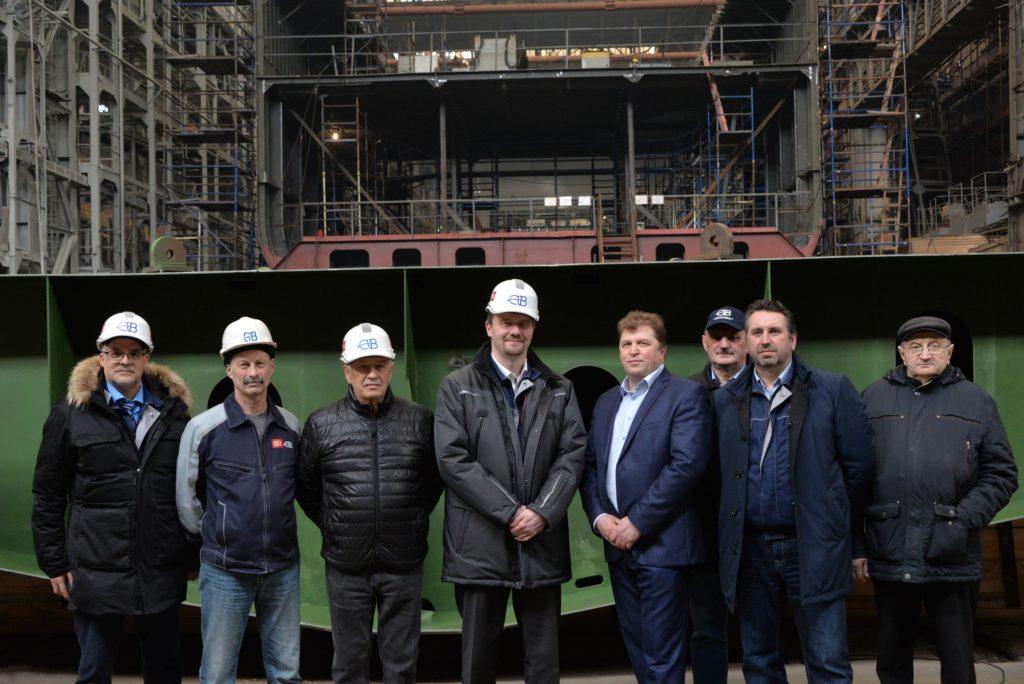 Северная верфь_Представители РА Вирма и СВ на фоне закладной секции ярусолова