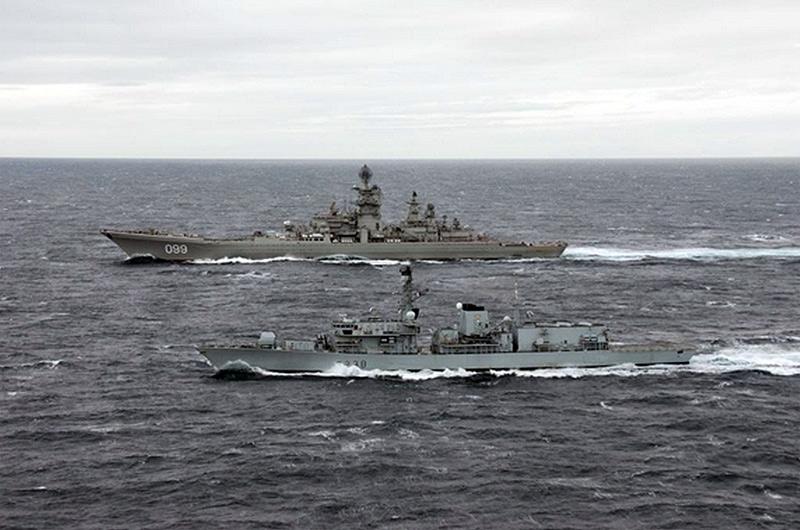 """Крейсер """"Петр Великий"""" и эсминец Northumberland ВМФ Великобритании совместно маневрируют.  2013 г. (http://www.royalnavy.mod.uk)"""