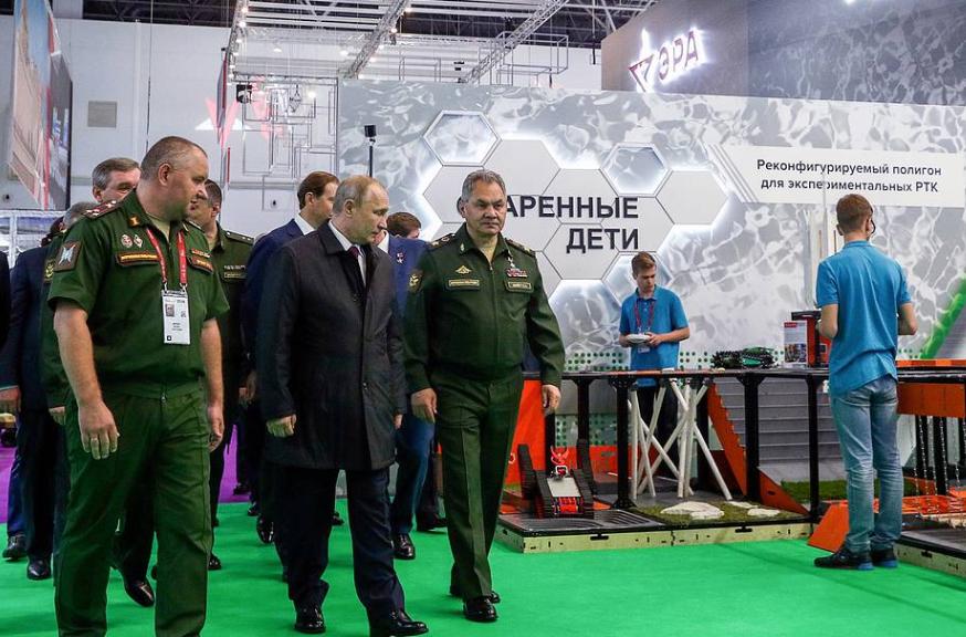 Армия-2019_Путин и Шойгу осматривают павильон Эра
