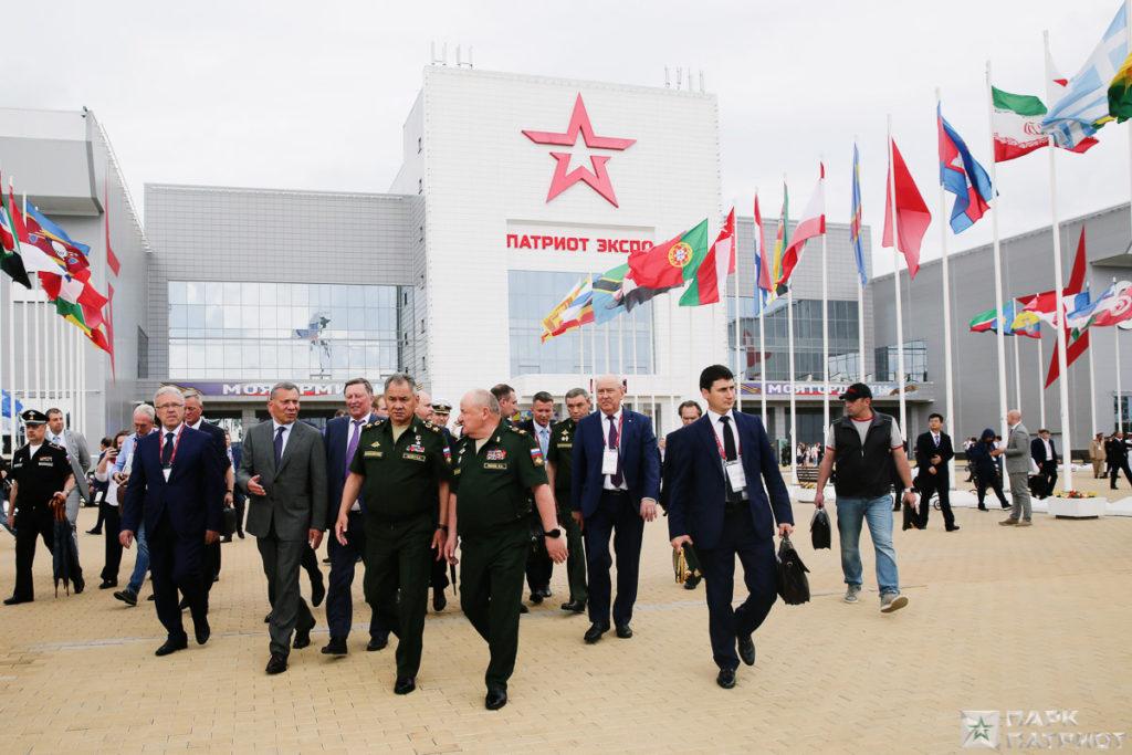 Армия-2019_ Шойгу осматривает павильоны