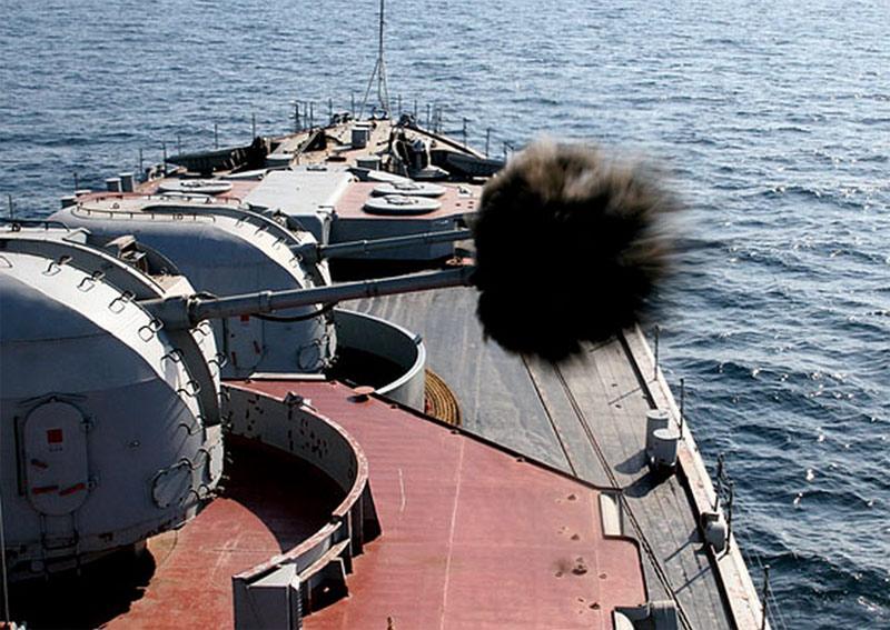 Огонь ведет установка АК-100 большого противолодочного корабля проекта 1155, фото 2011-2012 г.г. (http://mil.ru)