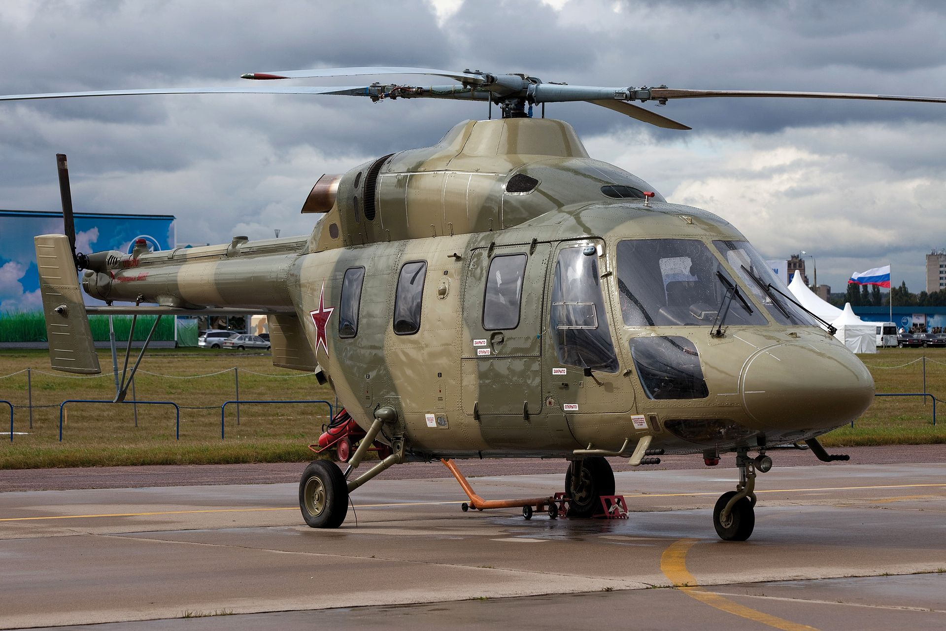 "Вертолет ""Ансат-У"" на авиасалоне МАКС-2009 (фото - Евгений Пурель, https://ru.wikipedia.org)"