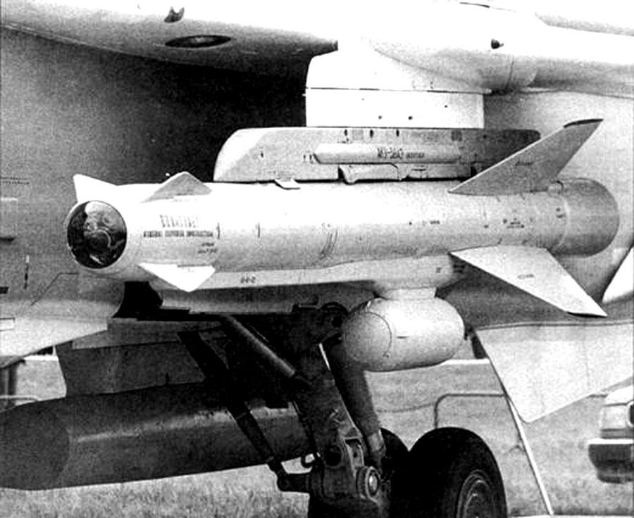 Ракета Х-59М на катапультном устройстве АКУ-58АЭ и контейнер АПК-9 под Су-24М