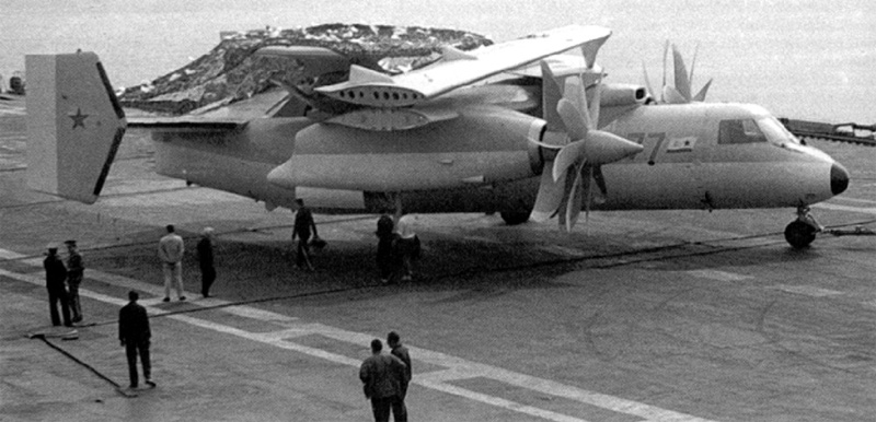"Макет Як-44Э на летной палубе ТАКР ""Тбилиси"" пр.11435, сентябрь 1990 г. (http://forums.airbase.ru)"