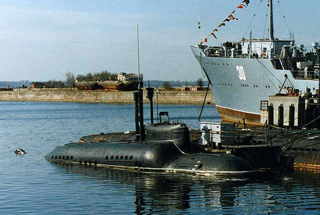 "Подводная лодка МС-521 проекта 865 ""Пиранья"" у пирса Зимней гавани, Кронштадт, Балтийский флот, май 1996 г. (фото - Е.Кобчиков, http://www.submarina.org)"