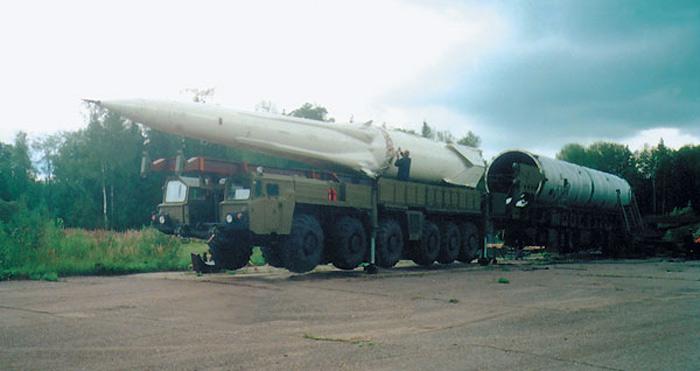 Установка ракеты 51Т6 в транспортно-пусковой контейнер 81Р6, Подмосковье (http://www.ljplus.ru)