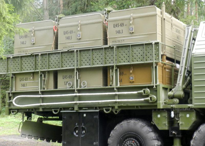 Контейнеры с надувными имитаторами ПГРК и кран на МИОМ 15М69. Тейковское ракетное соединение, июль 2012 г. (http://pressa-rvsn.livejournal.com)