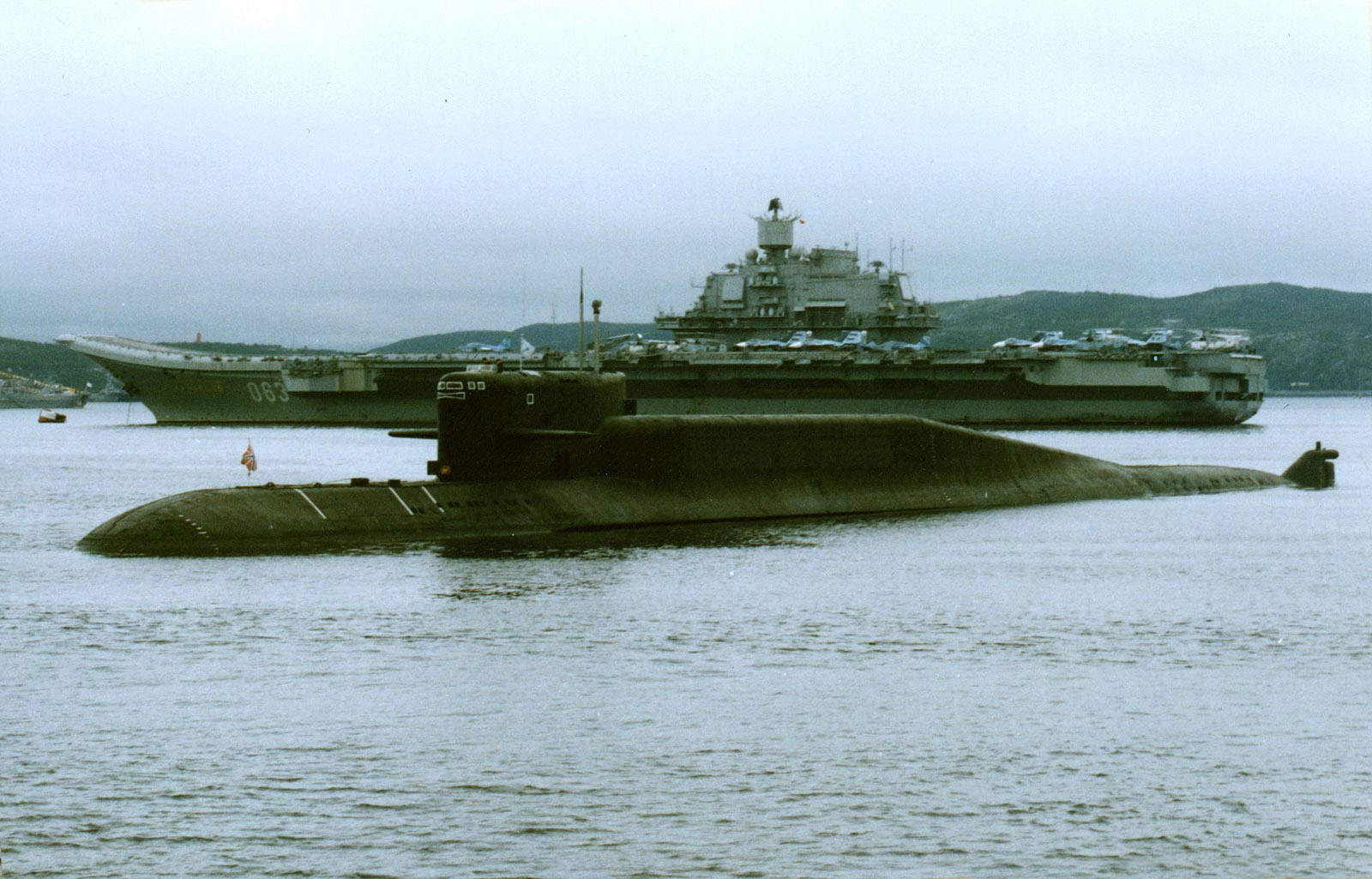 """Подводная лодка проекта 667БДРМ рядом с авианесущим крейсером """"Адмирал Флота Советского Союза Кузнецов"""" проекта 11435 на рейде Североморска, 2000-е годы (http://forums.airbase.ru)"""