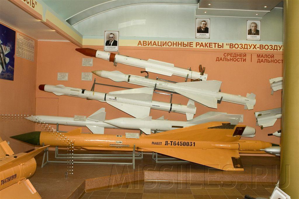 Ракета К-25 среди других отечественных ракет средней дальности в музее ГосНИИАС, 2007 г. (фото - Евгений Ерохин, http://www.missiles.ru)