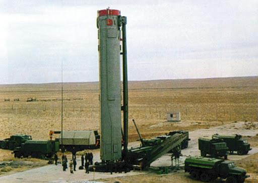 Загрузка в шахтную пусковую установку ракеты УР-10НУТТХ в транспортно-пусковом контейнере (Министерство обороны России)