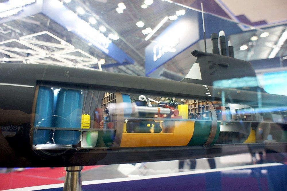 Макет воздухонезависимой энергетической установкой на модели одного из проектов перспективных подводных лодок (iz.ru)