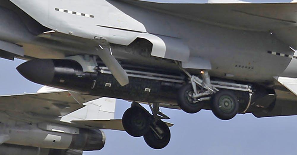 """Массогабаритный макет ракеты 14А045 / изделие 293 противоспутникового комплекса 14К168 """"Буревестник"""" под самолетом-носителем МиГ-31 на испытаниях в Раменском, 14.09.2018 г. (фото - ShipSash, http://jetphotos.com)"""